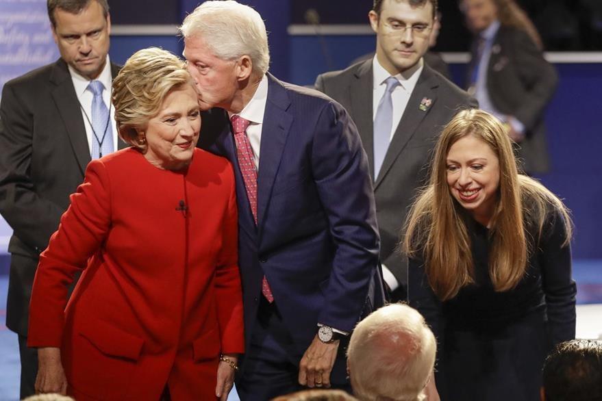 Hillary Clinton recibe un beso de su esposo Bill Clinton. (Foto Prensa Libre: AP).