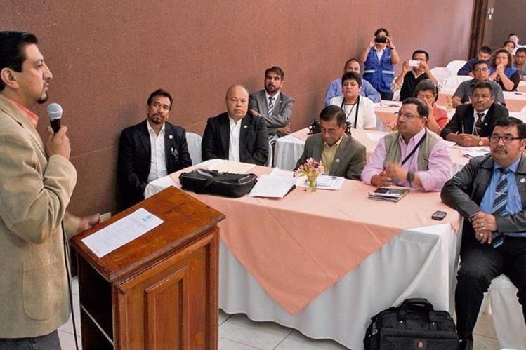 Érick Villatoro, auxiliar de la PDH en Huehuetenango, se dirige a  los asistentes al acoto de  firma de pacto de no agresión.