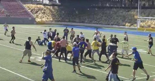 Seguidores de América y Pumas protagonizaron una pelea en un partido benéfico. (Foto Prensa Libre: Twitter)