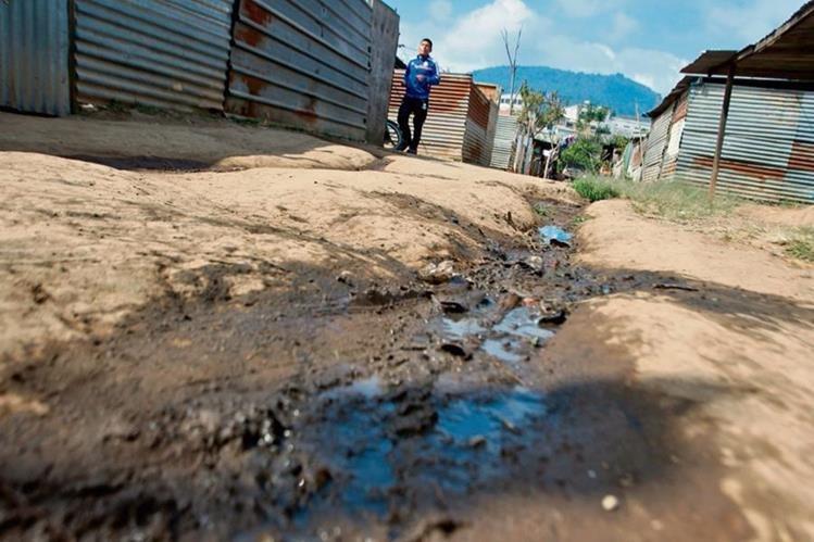 Afectados que llevan cuatro años en albergue temporal no pierden la esperanza de recibir una casa en un lugar seguro. (Foto Prensa Libre: Álvaro Interiano)