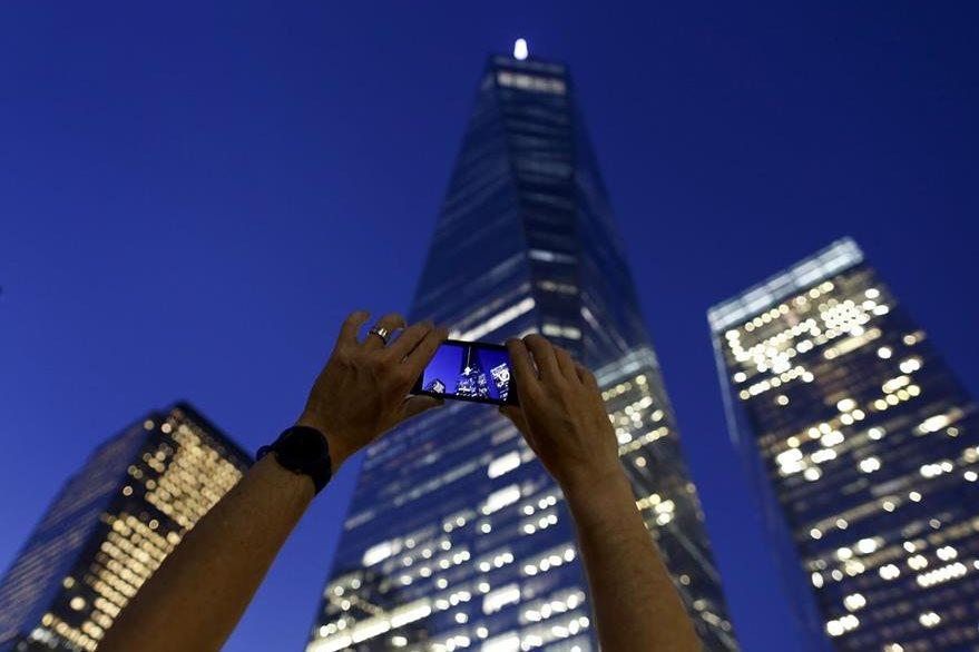 Un turista toma una foto al One World Trade Center, el edificio que fue construido en el lugar donde se ubicaban las torres gemelas. (Foto Prensa Libre: AP).