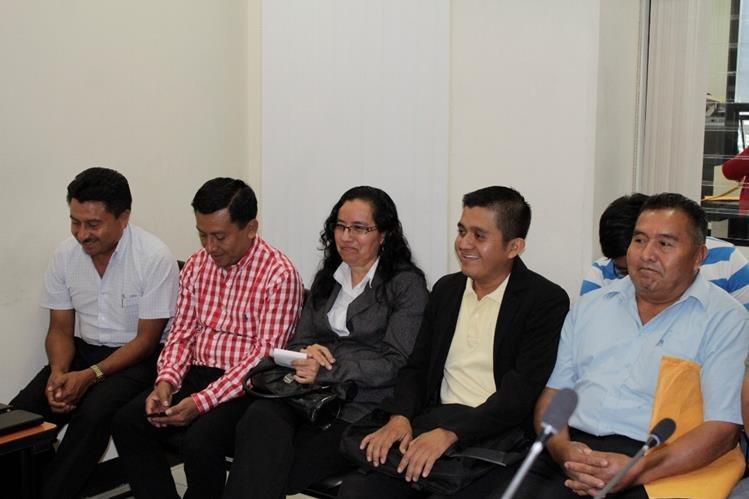 Dina Escobar, exalcaldesa de El Palmar, -al centro- junto a exintegrantes de su Concejo escuchan la decisión del juzgado. (Foto Prensa Libre: María José Longo).