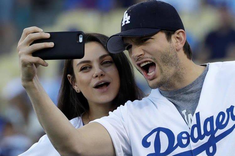 Mila Kunis y Ashton Kutcher durante un juego de béisbol en EE. UU. (Foto Prensa Libre: AP)