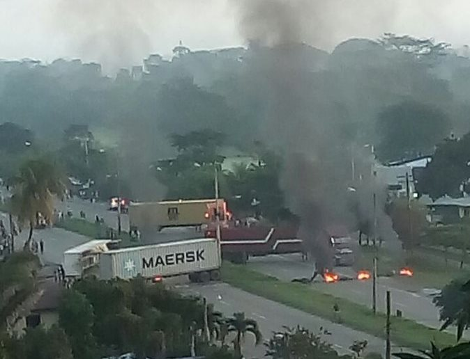 Los manifestantes retuvieron contenedores y obligaron a los pilotos a atravesarlos e irse del lugar. (Foto Prensa Libre: Cortesía)