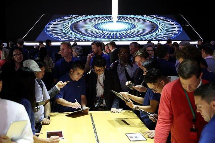 Asistentes a la conferencia de Apple prueban la nueva iPad Pro.