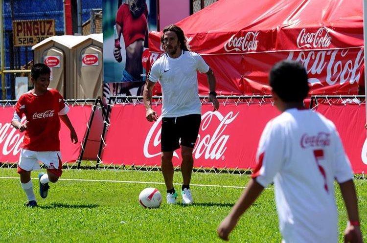 Puyol corrió y estuvo compartiendo con los niños en el Carlos Salazar hijo. (Foto Prensa Libre: Edwin Fajardo)