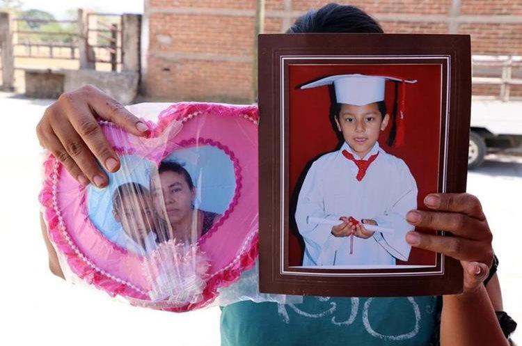 Una pariente muestra imágens de Nidia Padilla Pérez junto a su hijo Hugo Leonel y de este. (Foto Prensa Libre: Hugo Oliva)