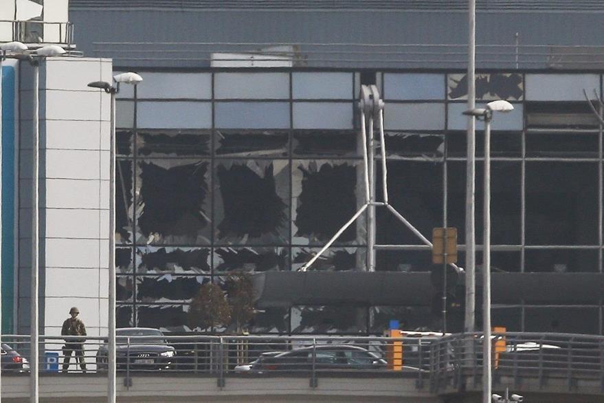 Fachada de uno de los sectores del aeropuerto de Bruselas, donde ocurrió uno de los atentados. (Foto Prensa Libre: EFE).