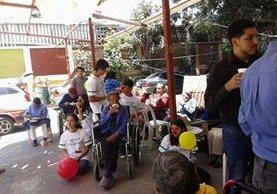 Voluntarios de 40 Sonrisas durante una visita a un asilo. (Foto Prensa Libre. Cortesía).