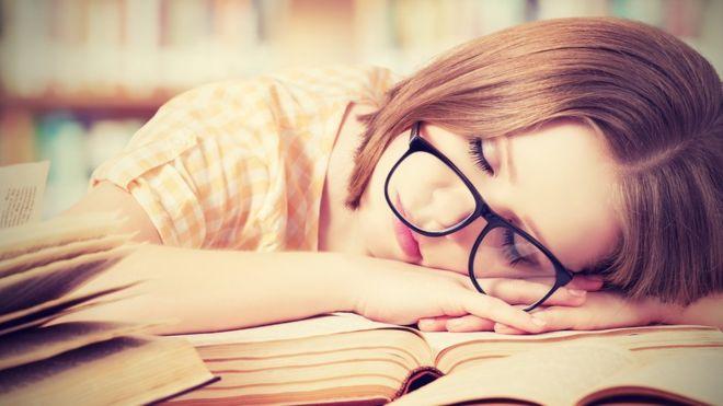 En la fase del sueño conocida como MOR o REM, el cerebro puede aprender información nueva, dicen los investigadores. GETTY IMAGES