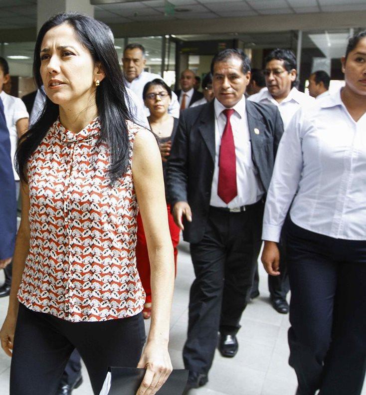 La esposa del presidente de Perú, Nadine Heredia, sale del Congreso luego de haber sido interrogada. (Foto Prensa Libre: EFE).