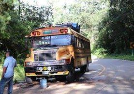 En este bus viajaban los estudiantes afectados. (Foto Prensa Libre: Héctor Cordero)
