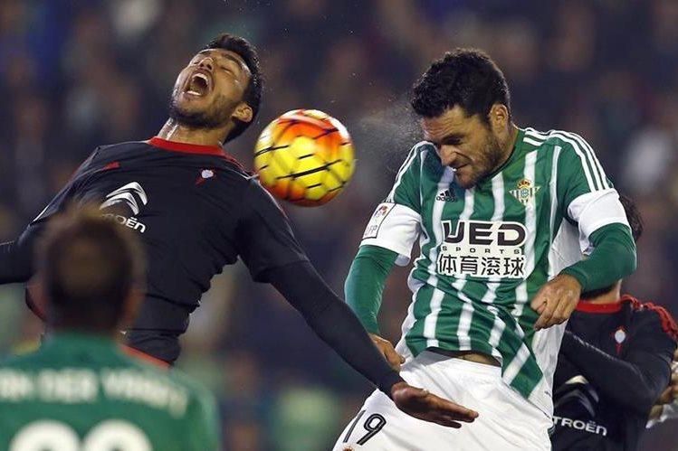 El delantero del Betis, Jorge Molina y el defensa del Celta de Vigo, Gustavo Daniel Cabral, disputan un balón. (Foto Prensa Libre: EFE)