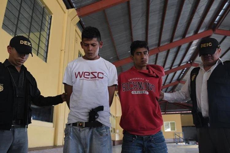Wilson Isaías Vargas Velásquez de 18 años, alias el narizón, y Mario Rigoberto López Domingo de 24, alias el Monkey son los supuestos asaltantes. (Foto Prensa Libre: Paulo Raquec)