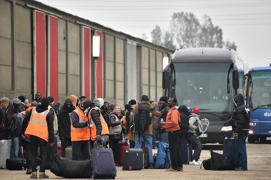 Seis mil 500 refugiados permanecían hasta hoy en el campamento de Calais, según cifras oficiales, no bostante se calcula que hay más de ocho mil. (Foto Prensa Libre: AFP).