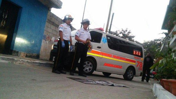Bomberos Voluntarios en el lugar donde fue encontrado un brazo y la mano de una mujer en la zona 21. (Foto Prensa Libre: Bomberos Voluntarios)