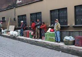 Vecinos de Santa Cruz del Quiché no puede movilizarse a sus puestos de trabajo por falta de buses. (Foto Prensa Libre: Héctor Cordero)