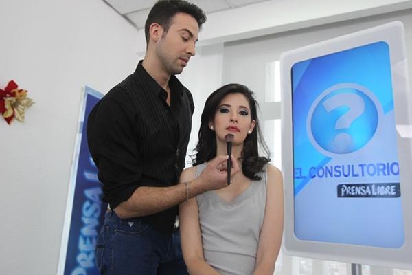 <p>El estilista Josué Morales y la modelo Laura Pontaza, durante el programa en línea El Consultorio.</p>