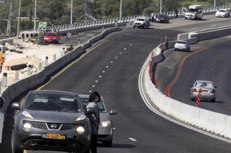 Conductores paran sus vehículos mientras guardan dos minutos de silencio en Jerusalén. (Foto Prensa Libre: EFE)