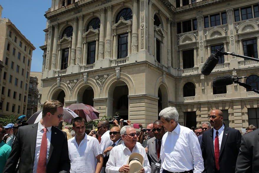 El secretario estadounidense de Estado, John Kerry (derecha), realiza un recorrido por el centro histórico de La Habana (Cuba), acompañado por el historiador de la ciudad Eusebio Leal (centro). (Foto Prensa Libre: EFE).