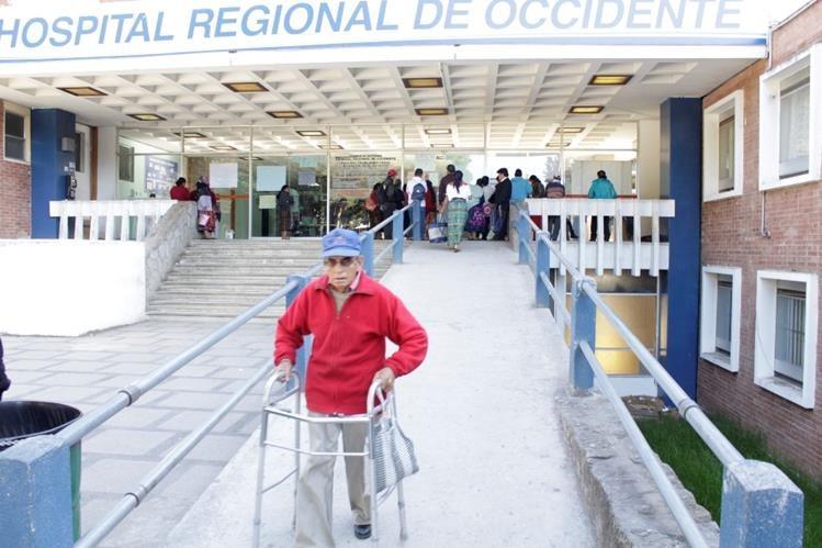 Pacientes esperan atención en la consulta externa del HRO, en Quetzaltenango. (Foto Prensa Libre: María José Longo)