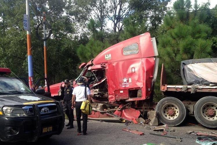 Accidente de tránsito entre un camión y un tráiler ocurrido en Malacatancito, Petén. (Foto Prensa Libre: Mike Castillo)