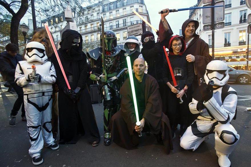 Admiradores disfrazados de sus personajes favoritos galácticos esperan en París la proyección de la última entrega de La guerra de las galaxias. (Foto Prensa Libre, AP)
