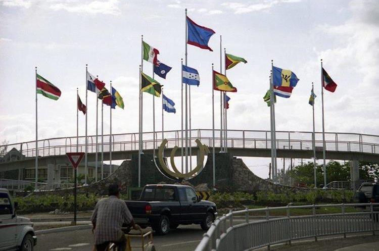Banderas del Caricom, en uno de los bulevares principales en Belice. (Foto Prensa Libre: Hemeroteca PL)
