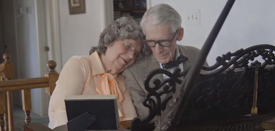 Una pareja de octogenarios interpretan melodías en un piano. (Foto Prensa Libre: YouTube)