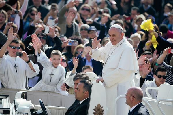 El papa Francisco saluda a los feligreses en la plaza San Pedro, de El Vaticano. (Foto Prensa Libre:AP).