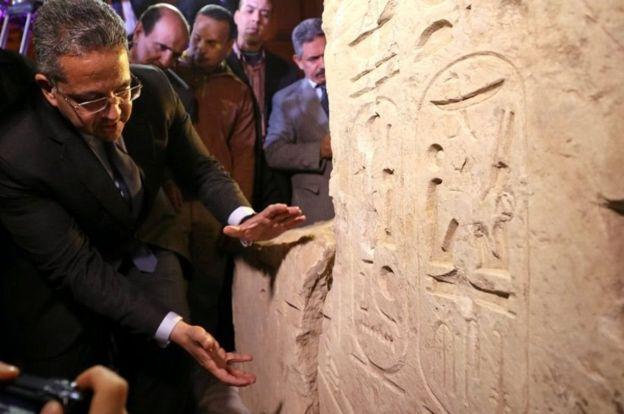 El ministro de Antigüedades muestra la nueva evidencia que cambió todas las previsiones. REUTERS