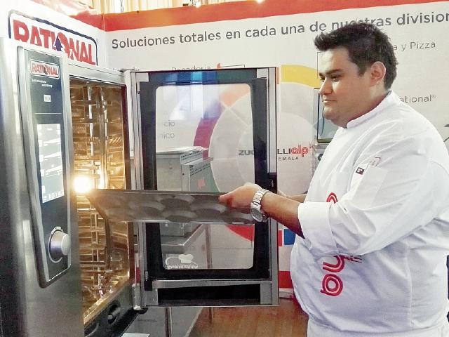 Equipo y utensilios modernos son parte de la exhibición de quienes participan en la Feria Alimentaria.(Foto Prensa Libre: N. Gándara)