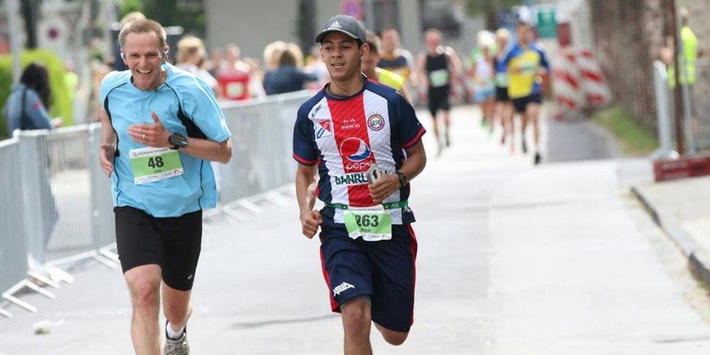El quetzalteco Édgar Guzmán gana el medio maratón deDüsseldorf con la camiseta de Xelajú MC