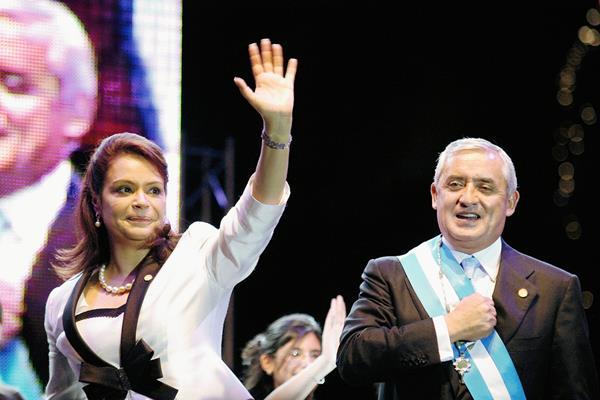 El general Otto Pérez Molina y Roxana Baldetti asumieron los cargos de presidente y vicepresidenta, respectivamente, el 14 de enero del 2012, en el Domo Polideportivo de la zona 13. (Foto Prensa Libre: Hemeroteca)