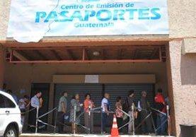La Dirección General de Migración espera adquirir 500 mil libretas para pasaporte sin licitar. (Foto Prensa Libre: Hemeroteca PL)