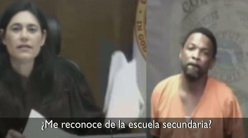 La juezaMindy Glazer se dirige a su excompañero de secundaria Arthur Booth. (Foto Prensa Libre: Youtube)
