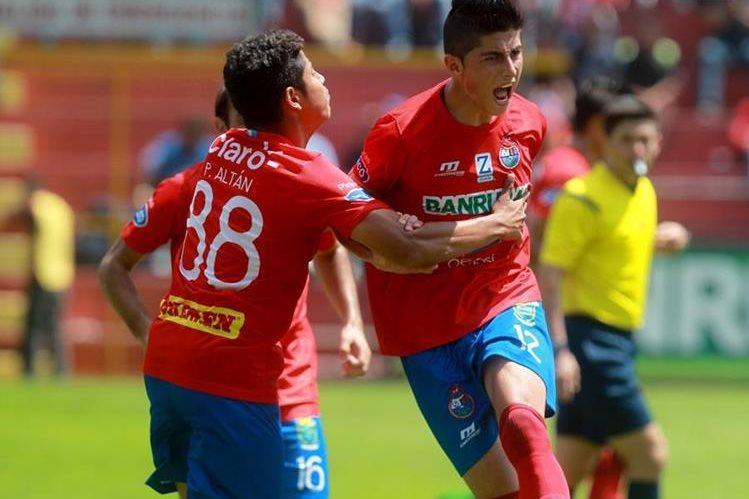 Frank de León celebra con todo su golazo contra Sanarate. (Foto Prensa Libre: Carlos Vicente)