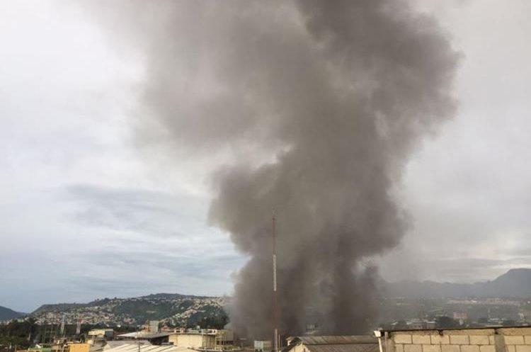 Varios vecinos alertaron del incendio que generó largas columnas de humo. (Foto Prensa Libre: Érick Ávila)