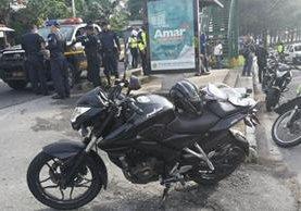 Motocicleta en la que viajaba un agente de PMT, que resultó herido durante un ataque armado en la zona 7 capitalina. (Foto Prensa Libre: Érick Ávila)