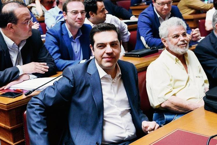 El primer ministro griego Alexis Tsipras participa en la reunión en el Parlamento griego en Atenas. (Foto Prensa Libre:AFP)