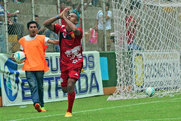 El panameño Armando Polo, se sacó la espinita y se encontró con el gol. (Foto Prensa Libre: Alexander Coyoy)