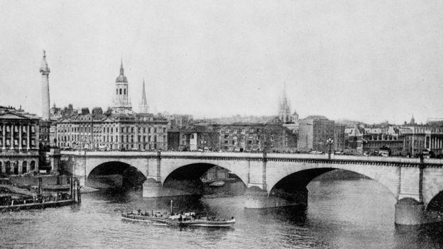 Antes de la construcción del alcantarillado de Londres el río Támesis era completamente pestilente. ILBUSCA GETTY IMAGES