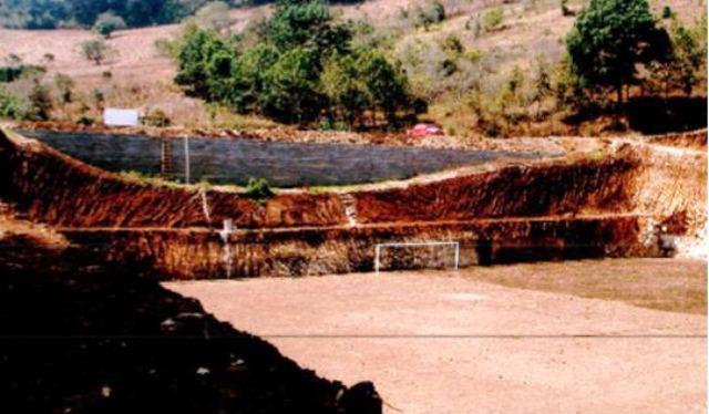 El proyecto de la municipalidad de San José Poaquil era un estadio municipal que quedó como campo de tierra. (Foto Prensa Libre: MP)