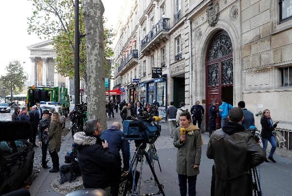 Entrada del hotel donde Kim Kardashian fue robada por asaltantes en París.(Foto Prensa Libre:AFP).
