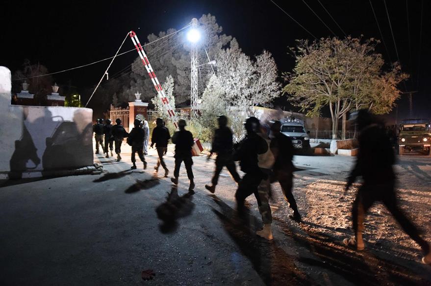 Soldados acordonan la comisaría que fue objetivo del ataque. (Foto Prensa Libre: AFP).