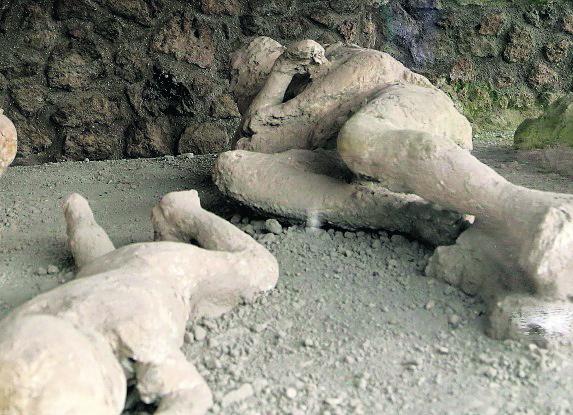 Simulación de pompeyanos que murieron asfixiados por los gases. (Foto: AP)