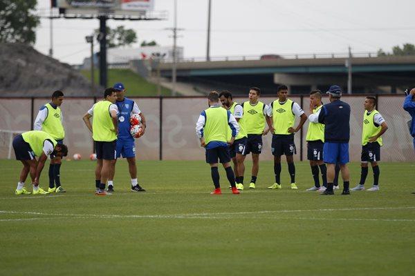 Los seleccionados reciben instrucciones de Iván Franco Sopegno durante el entrenamiento de la Bicolor. (Foto Prensa Libre: Cortesía CDG)