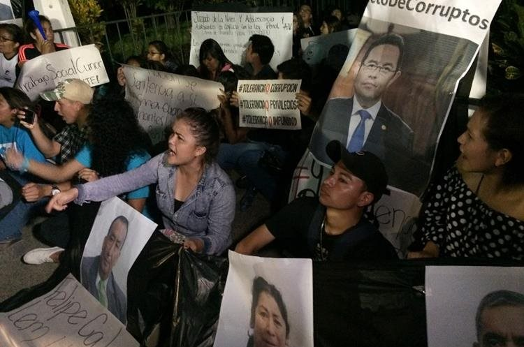 Pobaldores se manifestaron en el parque central de Cobán, Alta Verapaz. (Foto Prensa Libre: Eduardo Sam Chun)
