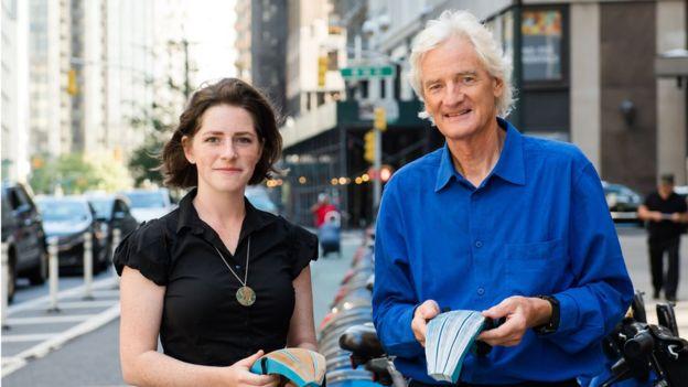 Shiffer (izda) espera poder lucir su casco de papel por las calles de Nueva York en los próximos meses. (KIMBERLY MUFFERI/DYSON)