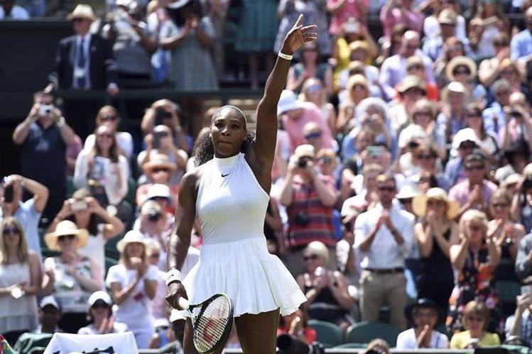 La estadounidense Serenna Williams celebra su victoria contra la rusa Elena Vesnina en la semifinal del torneo de Wimbledon. (Foto Prensa Libre: EFE)